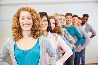 Gruppe von vielen Jugendlichen in einer Reihe