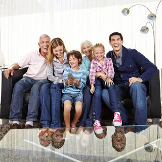 Familie auf Sofa schaut Fernsehen