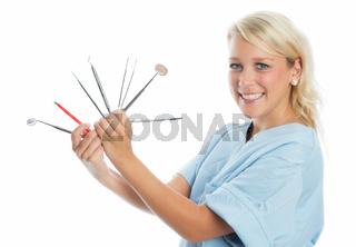 zahnärztin zeigt instrumente