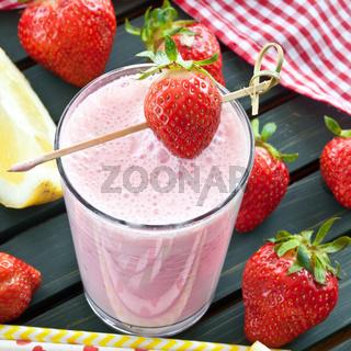Milchshake mit frischen Erdbeeren