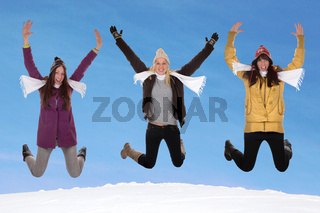 Junge Frauen springen im Winter im Schnee