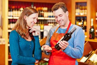 Sommelier im Weinhandel gibt Empfehlung für Wein