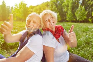 Paar Senioren hält Daumen hoch im Urlaub