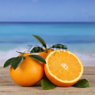 Frische Orangen Früchte am Strand und Meer mit Copyspace