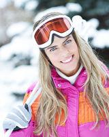 Frau mit Skistöcken im Winter