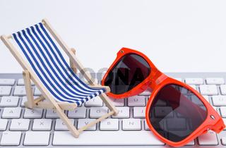 Sonnenbrille und Liegstuhl