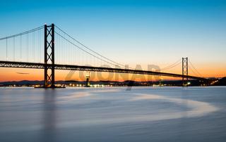 Die Forth Road Bridge nach Sonnenuntergang