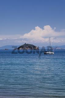 Kleine Insel mit Leuchtturm bei Cavo, Elba