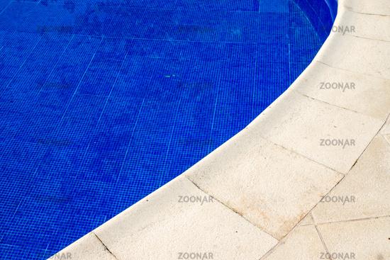 Beckenrand eines Schwimmbeckens