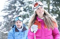 Paar im Winter beim Skifahren