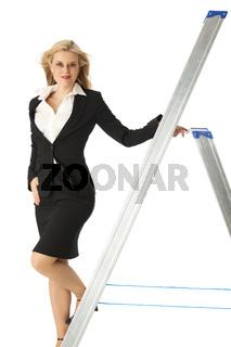 Business-Frau auf einer Leiter auf weiß