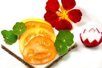 Brotzeit mit Tomate, Kapuzinerblättern und Blüte