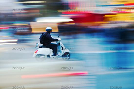 Motorroller in Bewegungsunschärfe