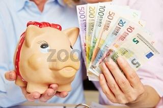 Sparschwein mit Euroscheinen