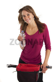 Junge Frau auf dem Mountainbike