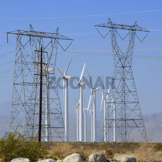 Windräder und Strommasten