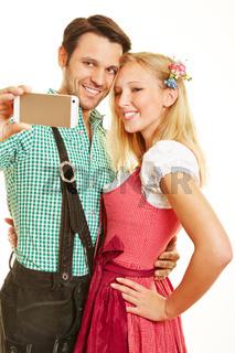 Paar macht Selfie mit Smartphone