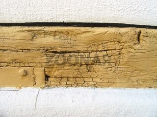 Fachwerkbalken mit Schäden am Anstrich