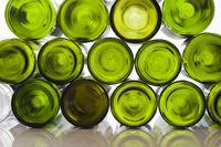 Leere Weinflaschen vor weißem Hintergrund