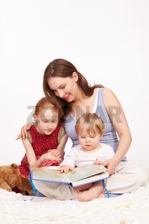 Kinder bekommen eine Geschichte vorgelesen
