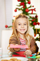 Mädchen gibt Wunschzettel mit Wünschen ab