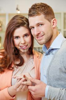 Paar beim Kauf von einem Ring