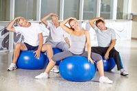 Senioren machen Übung gegen Verspannung im Nacken