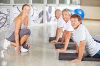 Senioren beim Turnen im Fitnesscenter