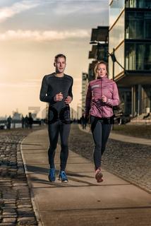 Aktivers junges Paar beim Jogging