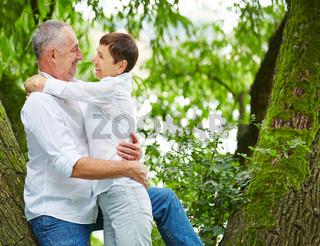 Paar Senioren beim Dating in der Natur