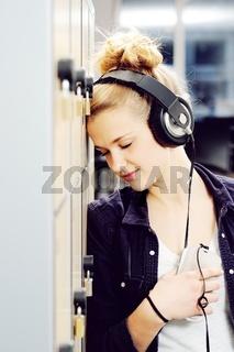 Attraktive junge blonde Studentin mit