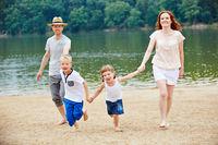 Familie hat Spaß am Strand im Urlaub