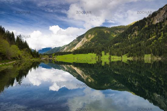Berge spiegeln sich im Vilsalpsee, Österreich