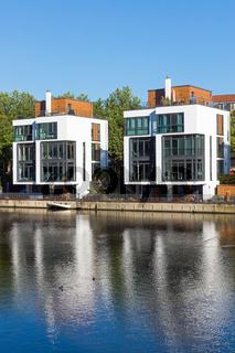 Moderne Einfamilienhäuser am Wasser