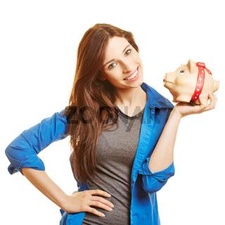 Lächelnde Frau hält Sparschwein auf Hand