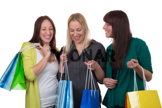 Gruppe junger Frauen beim Shopping, freigestellt