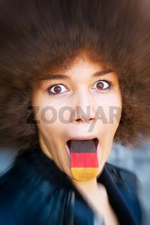 Junge afrikanische frau streckt die Zunge heraus