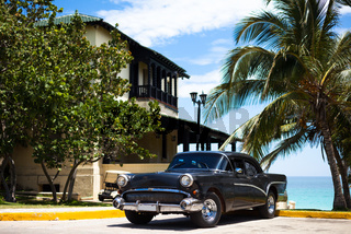 Amerikanischer schwarzer Oldtimer am Strand in Varadero Kuba
