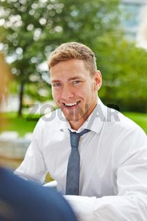 Lächelnder junger Geschäftsmann