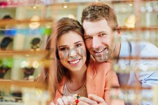 Glückliches Paar beim Juwelier