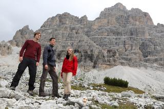 Gruppe junger Leute in den Bergen