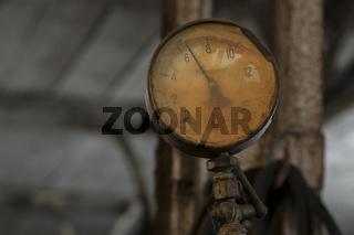 Manometer an einer Maschine in einer Schlosserei