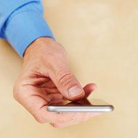 Hand mit Smartphone von oben