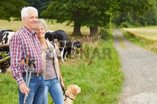 Senioren wandern in der Natur mit Hund