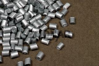silberfarbenes Kunststoffgranulat