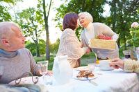 Frau gratuliert Seniorin zum Geburtstag