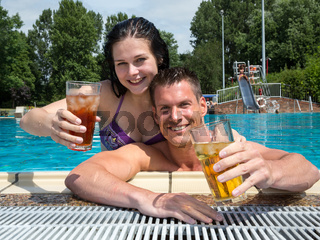 Paar im Hotel Swimming pool mit Drinks