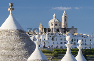 Blick durch Trulli auf Locorotondo, Apulien