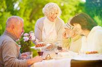 Freunde und Senioren feiern Geburtstag
