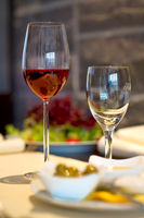 Gedeckter Esstisch mit Weingläsern Covered dining table with wine glasses